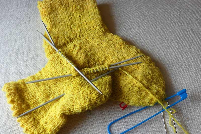 gelbe Socken mit Mäusezähnchenrand für gute Laune