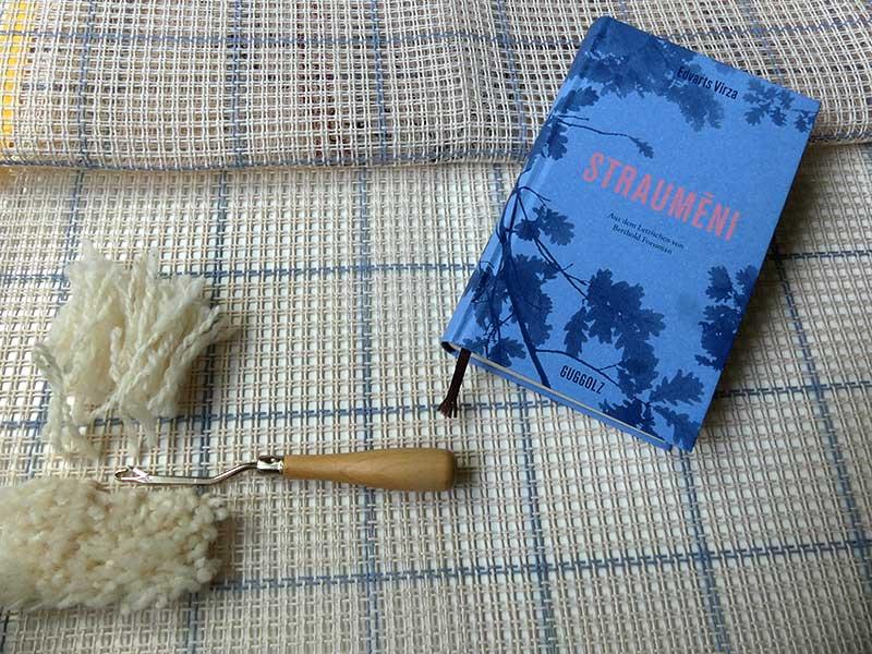Probegeknüpftes und Karins Buch, die Probe zeigt gute Ausblicke auf einen irgendwann fertigen Teppich