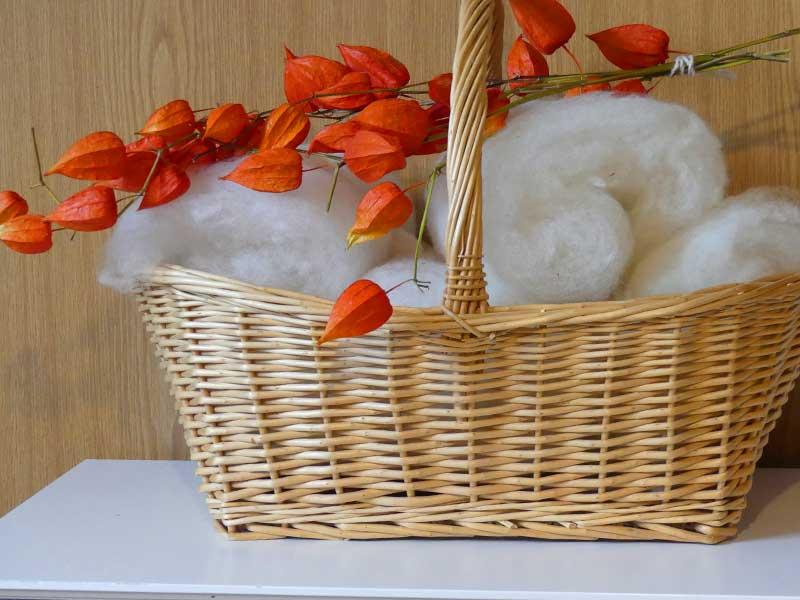 Korb mit Kardierter Leineschaf-Wolle