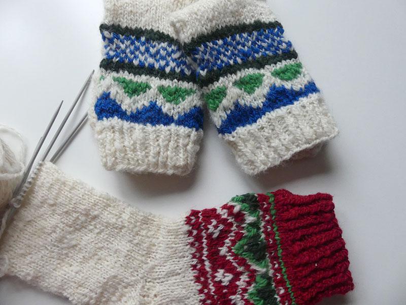 Fäden: ein Paar Socken sind fertig, das andere Paar in Arbeit