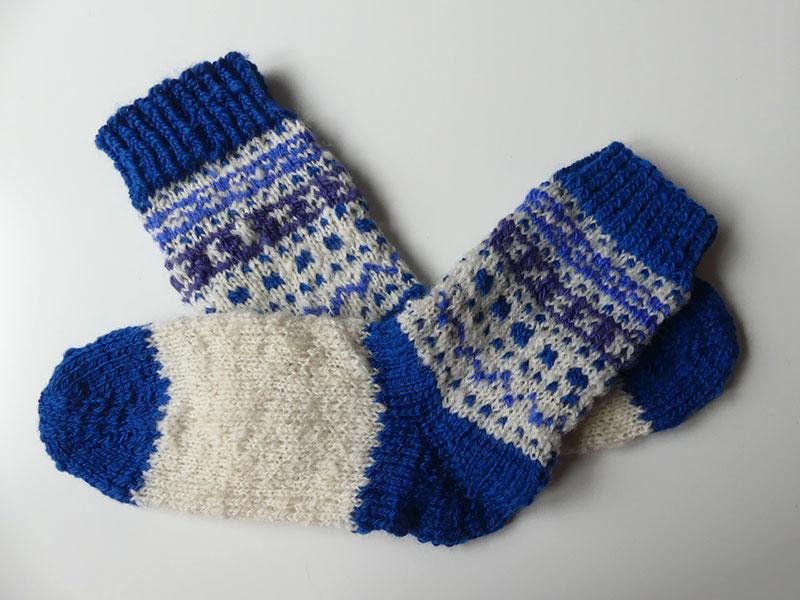 Socken aus selbstgesponnener Wolle
