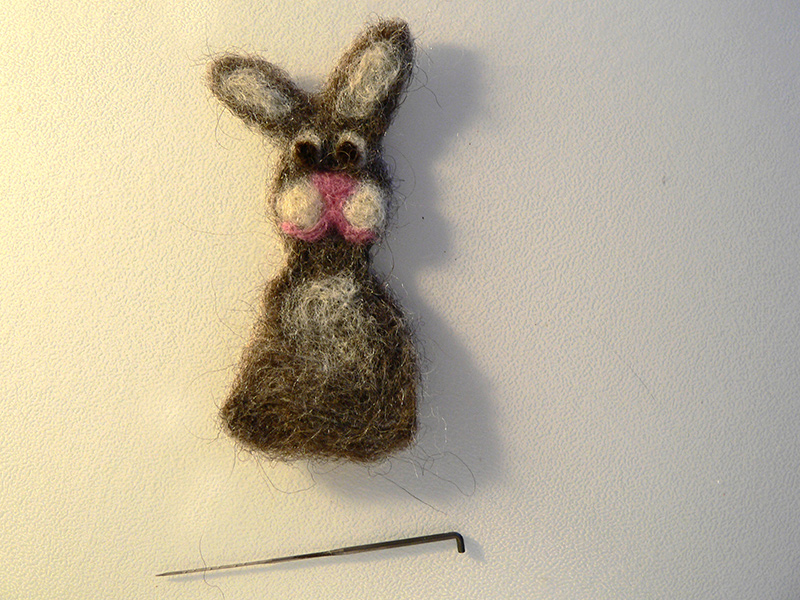 ein mit der Nadel gefilzter Hase aus Wolle