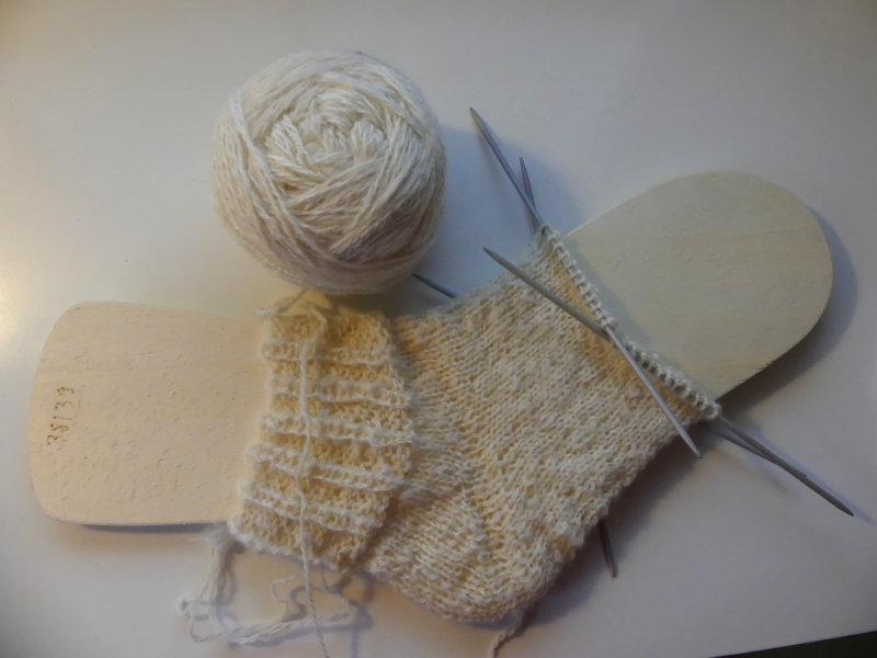neben der Gartenarbeit: Socken stricken